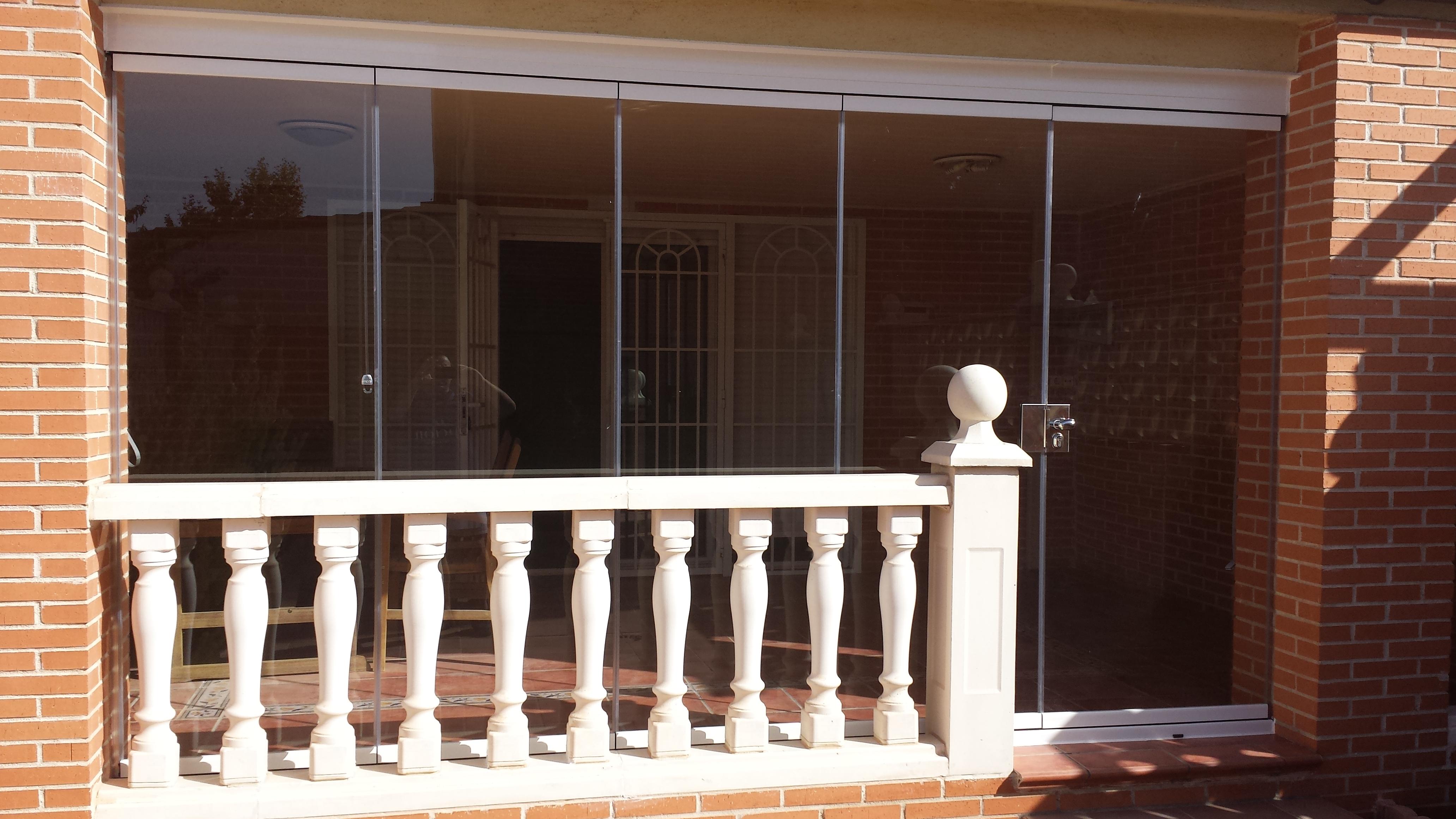 Cerramiento con cortina de cristal aluminios villalba for Cerramiento cortina cristal