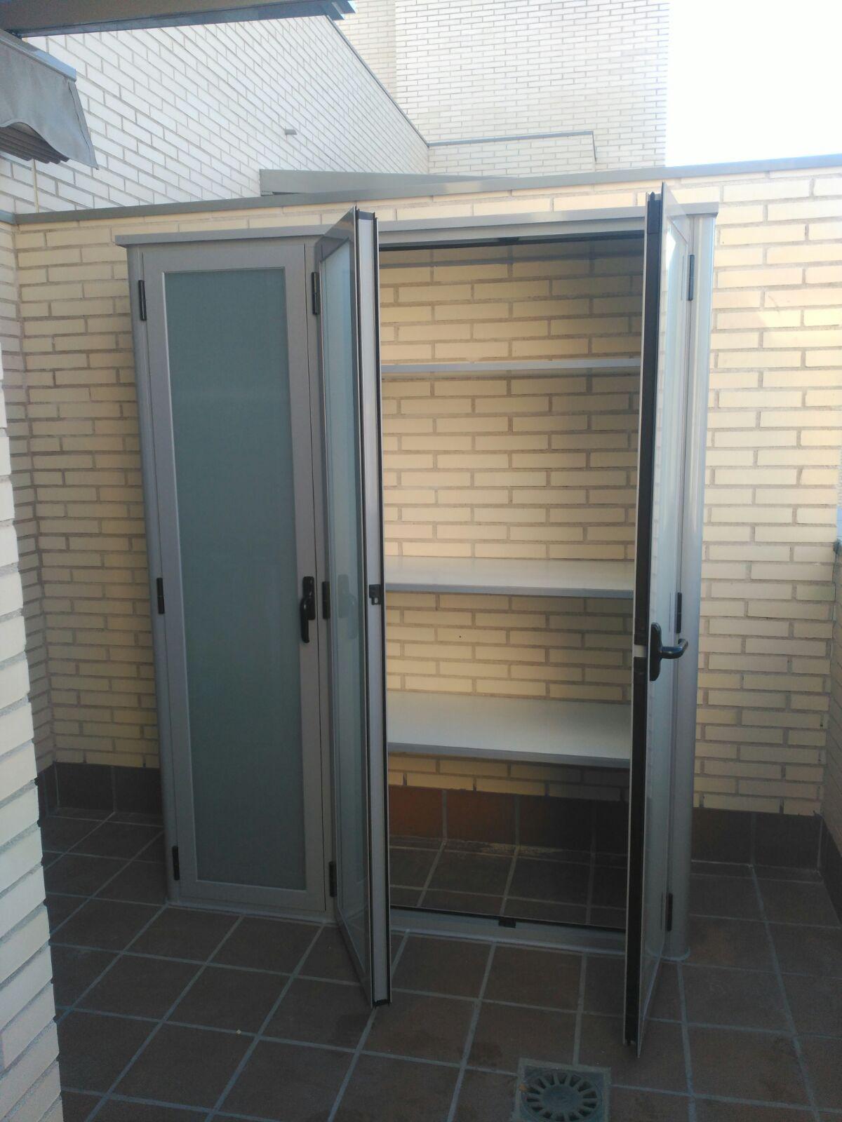 Armario abatible en lacado gris con hojas abiertas aluminios villalba empresa de aluminios y - Armario para caldera exterior ...