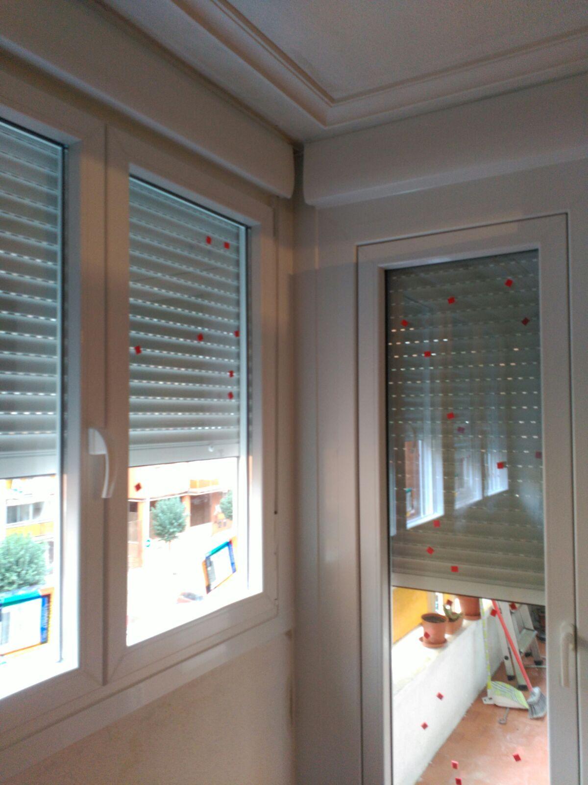Cerramiento de terraza en pvc blanco con puerta apertura for Persianas para terrazas