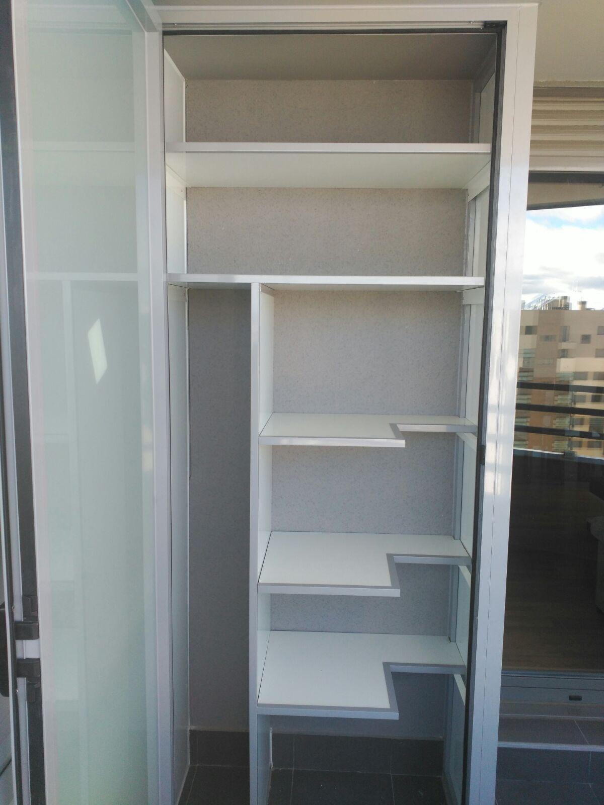 Armario a medida con escobero aluminios villalba empresa de aluminios y pvc en madrid - Armario pvc exterior ...